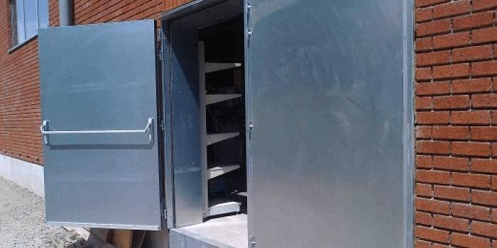 stalen deur magazijn