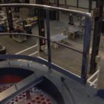 Het zicht van de balustrade in de biomassacentrale van Volvo in Gent; genomen vanop het bordes