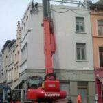 De dakconstructie wordt aangebracht op het historisch pand dichtbij de vrijdagmarkt te Gent