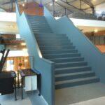 Een binnentrap voor de Direkteurswoning. Het strakke design van de trap past uitermate goed bij het hippe interieur.