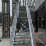 Vooraanzicht van een metalen trap