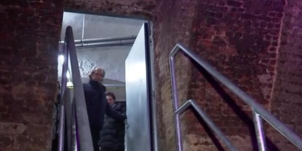 Porte et escalier secrets