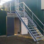 Een metalen trap voor de site van Group Op De Beeck
