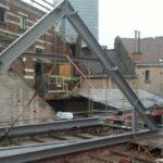 Plaatsing van de dakconstructie voor Hotel Empain
