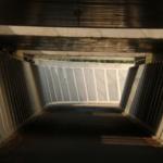 Afgewerkte fietstunnel met strekmetaal onder de spoorweg voor Infrabel