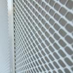 Close-up van het strekmetaal aan het fietspad voor Infrabel