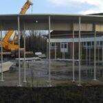 De opbouw van de metalen structuur voor een school in Denderleeuw.