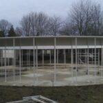 Een totaalfoto van de metalen structuur voor een school in Denderleeuw.