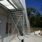 Achterkant van de stalen trap met balustrade