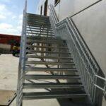 Een stalen trap met balustrade in de Vuurkruislaan