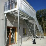 Totaalfoto van een stalen trap met balustrade in de Vuurkruislaan