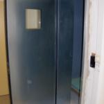 De binnenkant van de stalen anti-agressie deur in het ZNA Jan Palfijn