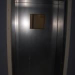 De voorkant van de stalen anti-agressie deur in het ZNA Jan Palfijn